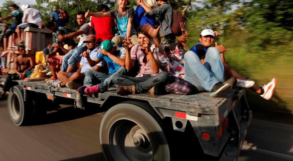 A pie por Veracruz, los migrantes siguen su camino hacia EE.UU.