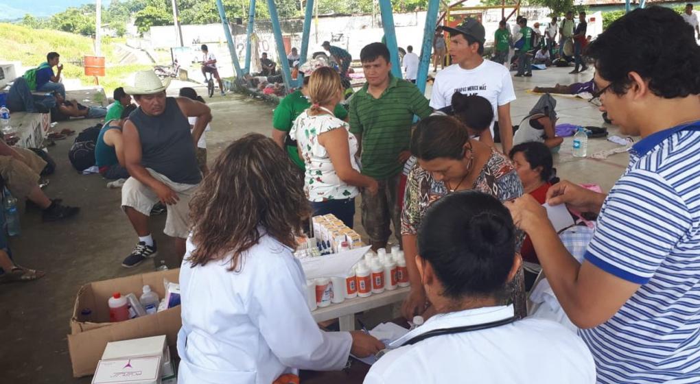 """Polémica en México: """"fumigaron"""" a migrantes de una caravana """"para evitar contagios"""""""