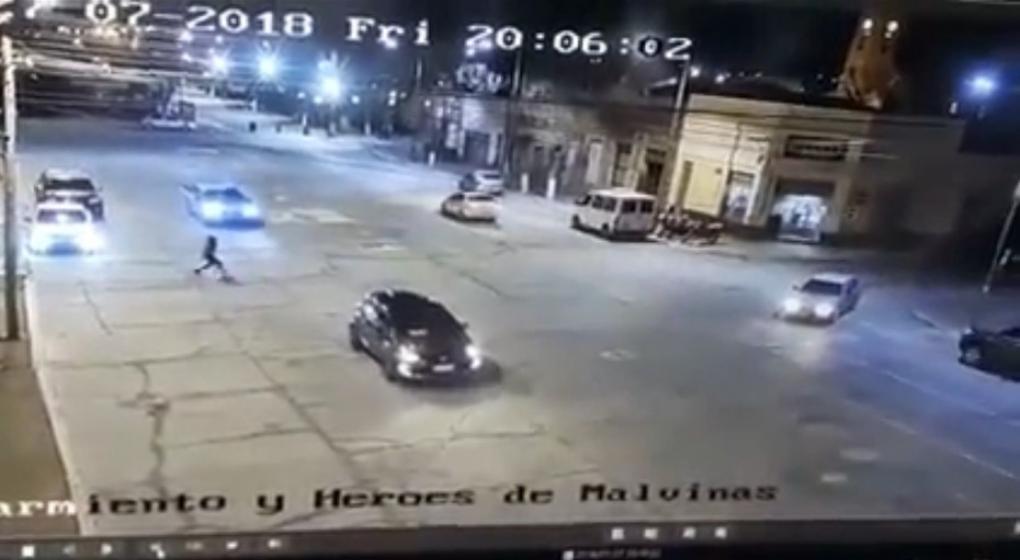 Impresionante video: quiso cruzar la calle corriendo, se resbaló y la pisó una camioneta