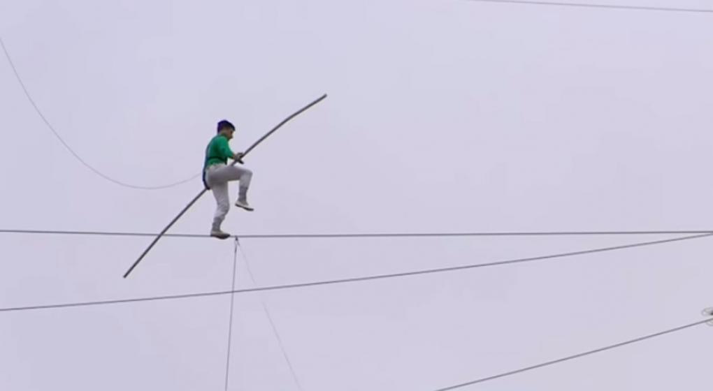 Chile: acróbata camina sobre cuerda a 75 metros de altura