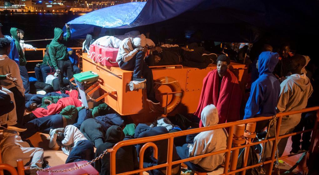 Un violento asalto de migrantes desborda la frontera de Ceuta