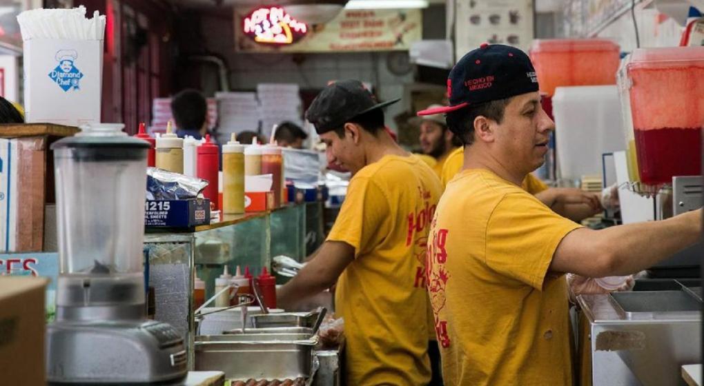 Restaurantes de Estados Unidos, acusados de explotar a hispanos