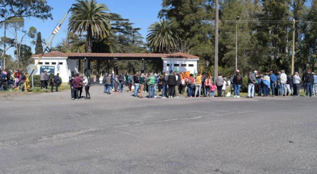 Despidos en Villa María: abrazo simbólico a la Fábrica de Pólvoras