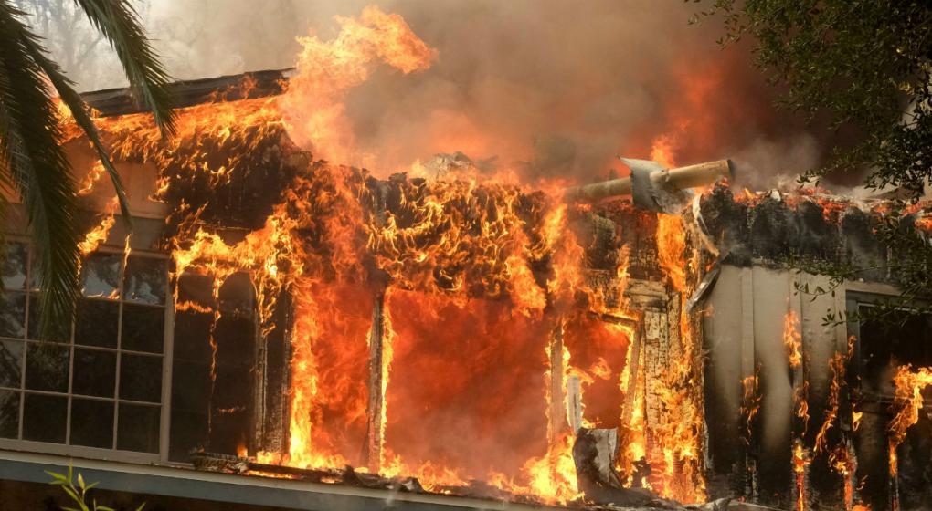 El devastador incendio en California causó 25 muertos y quemó decenas de miles de hectáreas