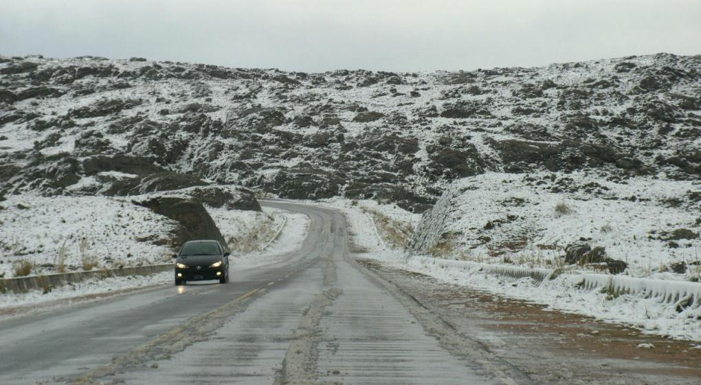 Cortaron el Camino de las Altas Cumbres por el hielo en la ruta