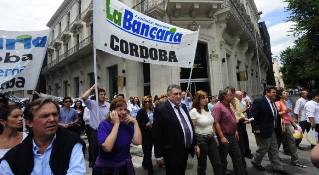 Bancarios acordaron un 12% de aumento y acumulan un 40%