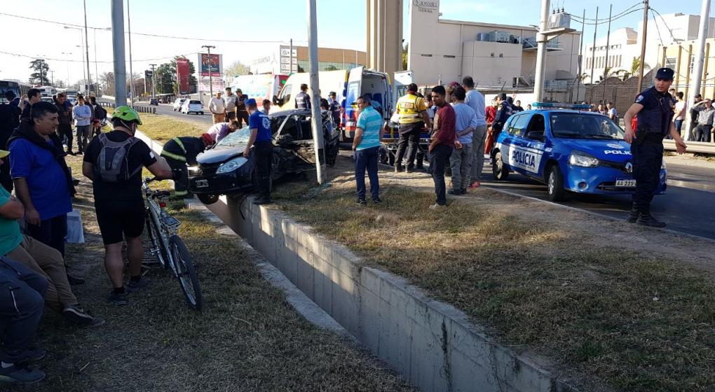 Choque en avenida La Voz: un auto terminó impactando contra un poste de alumbrado