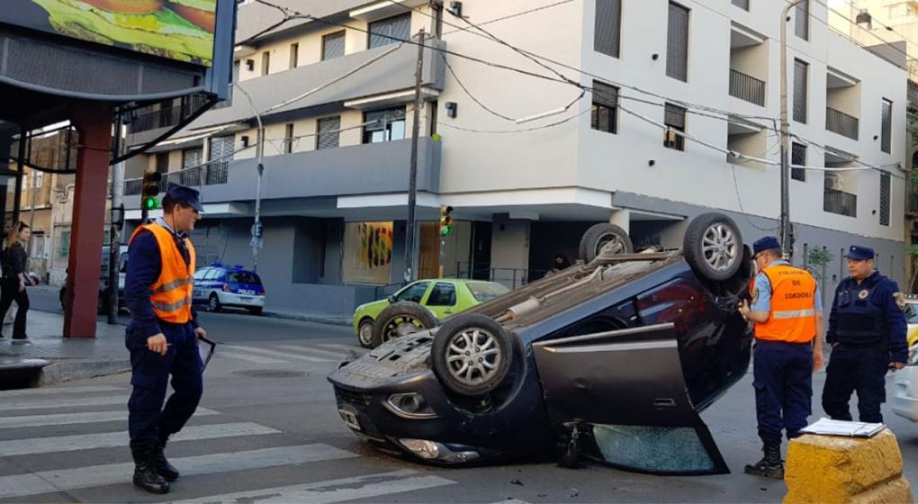 Una monja perdió el control del auto y volcó en la avenida Colón
