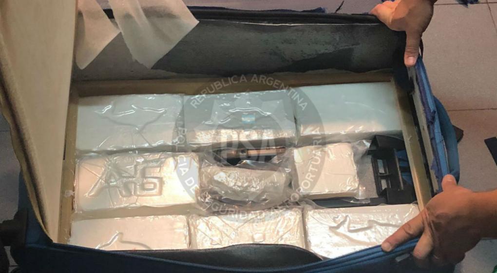 Detienen en Ezeiza a un narcoturista con 15 kilos de cocaína en sus valijas