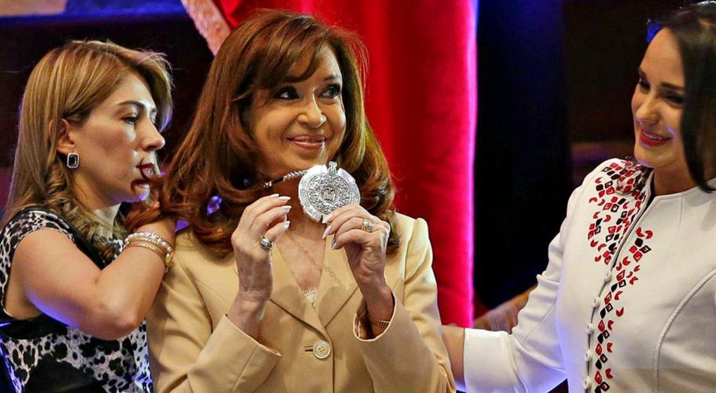 Ecuador: por las causas de corrupción, analizan quitarle una distinción a Cristina Fernández