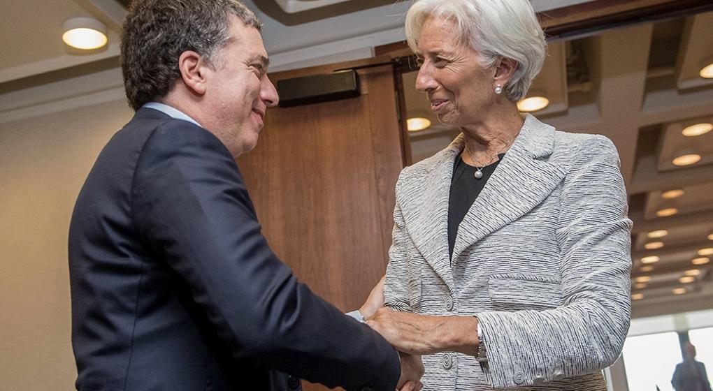 Qué medidas analiza el Gobierno para frenar al dólar