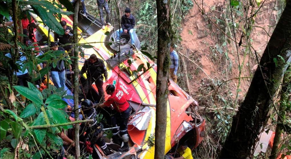 Tragedia en Ecuador: un colectivo cayó a un abismo y murieron 9 personas