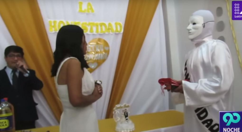 """Video: una candidata a alcaldesa """"se casó"""" con la honestidad en Perú"""