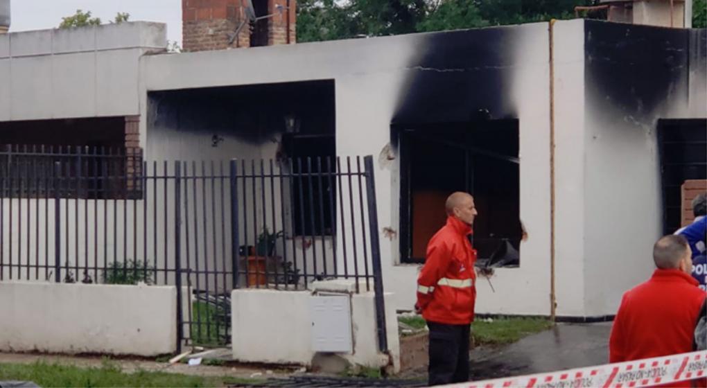 Explotó una camioneta en una casa: desató un incendio que voló las puertas y ventanas