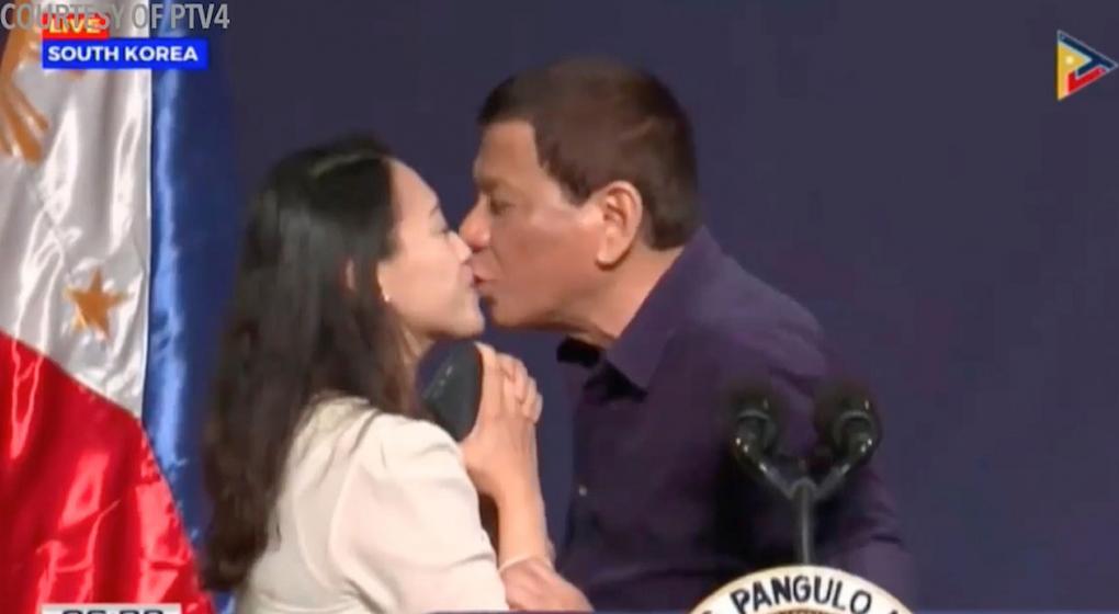 El presidente de Filipinas generó polémica luego de instar a una mujer a que lo bese durante un acto