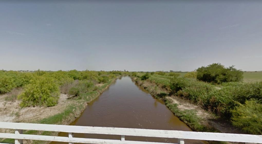 Buscan a un hombre que se cayó en un canal en General Roca