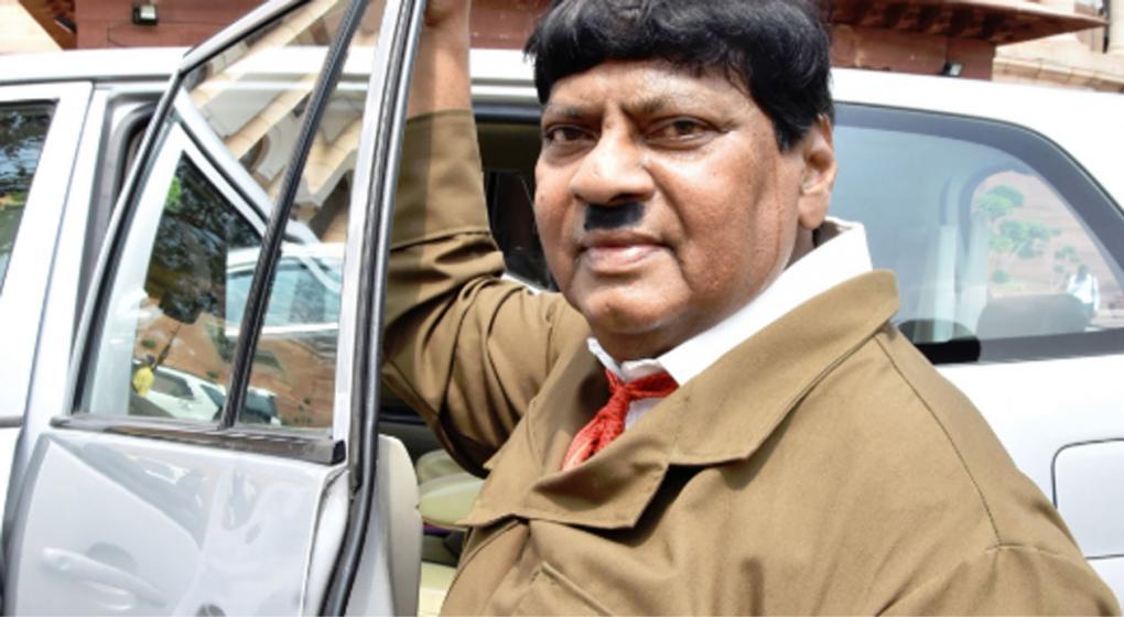 India: un legislador se disfrazó de Hitler como protesta