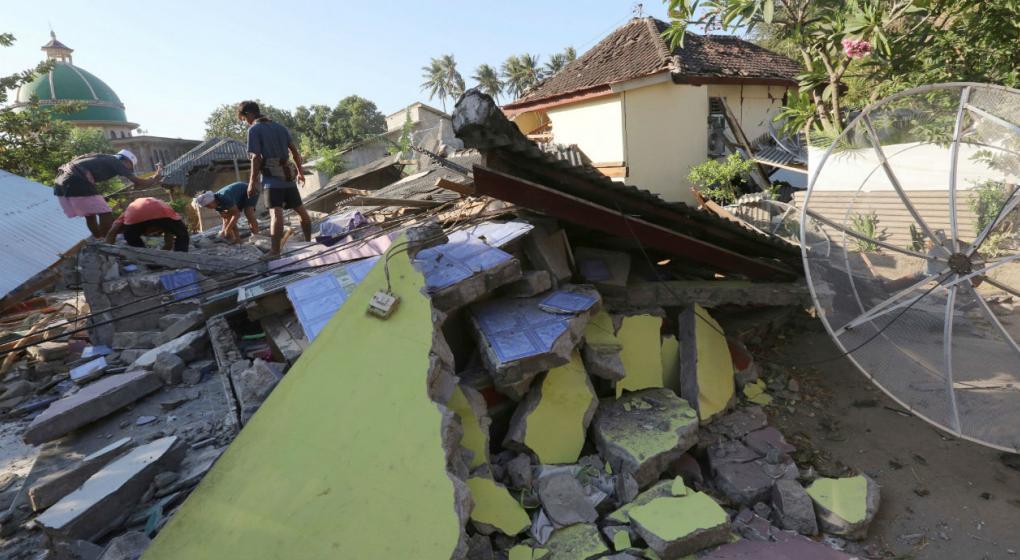 Aumenta a 98 el número de muertos por el terremoto en Indonesia