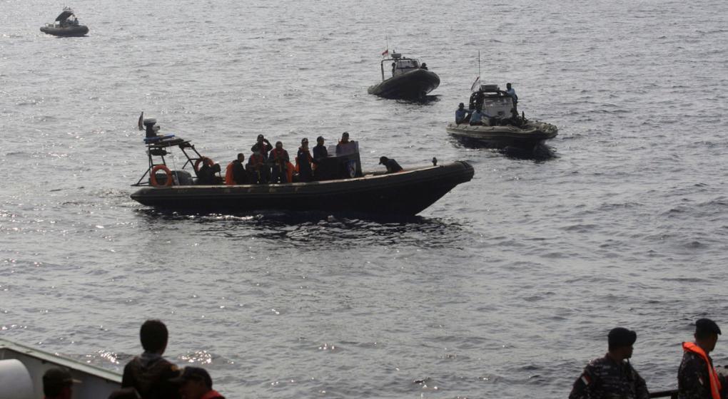"""Murió uno de los buzos que buscan el avión """"low cost"""" que se estrelló en Indonesia"""