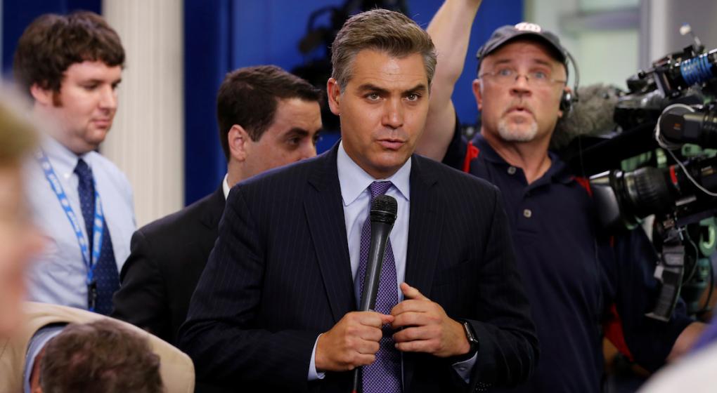 Un juez ordena a la Casa Blanca restituir la credencial al periodista de la CNN