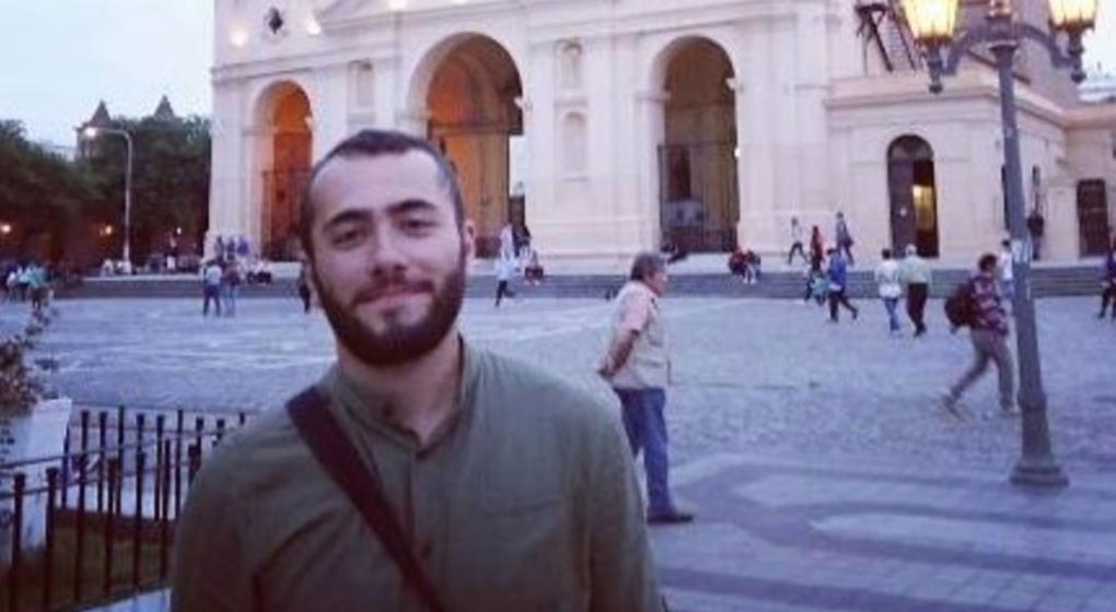 El joven turco que vive en Córdoba se despegó de la marcha violenta