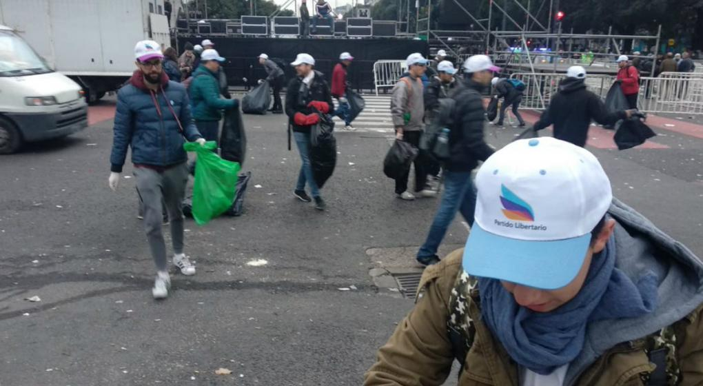 """El partido que se opone al """"populismo"""" y que fue a levantar la basura tras el acto kirchnerista"""