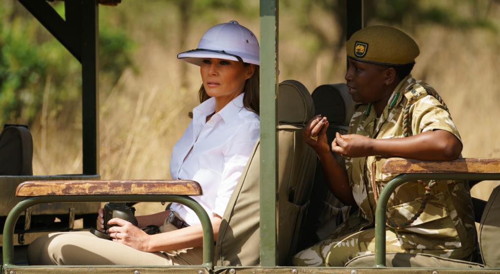 Críticas a Melania Trump por usar un sombrero colonial en Kenia