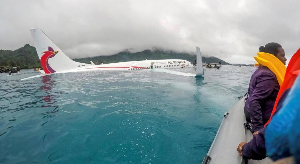 Micronesia: hay un desaparecido por el avión que terminó en una laguna