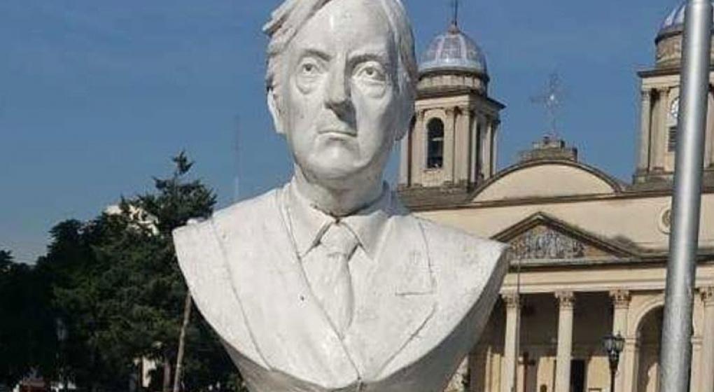 Piden sacar el busto de Néstor Kirchner de una plaza en Morón