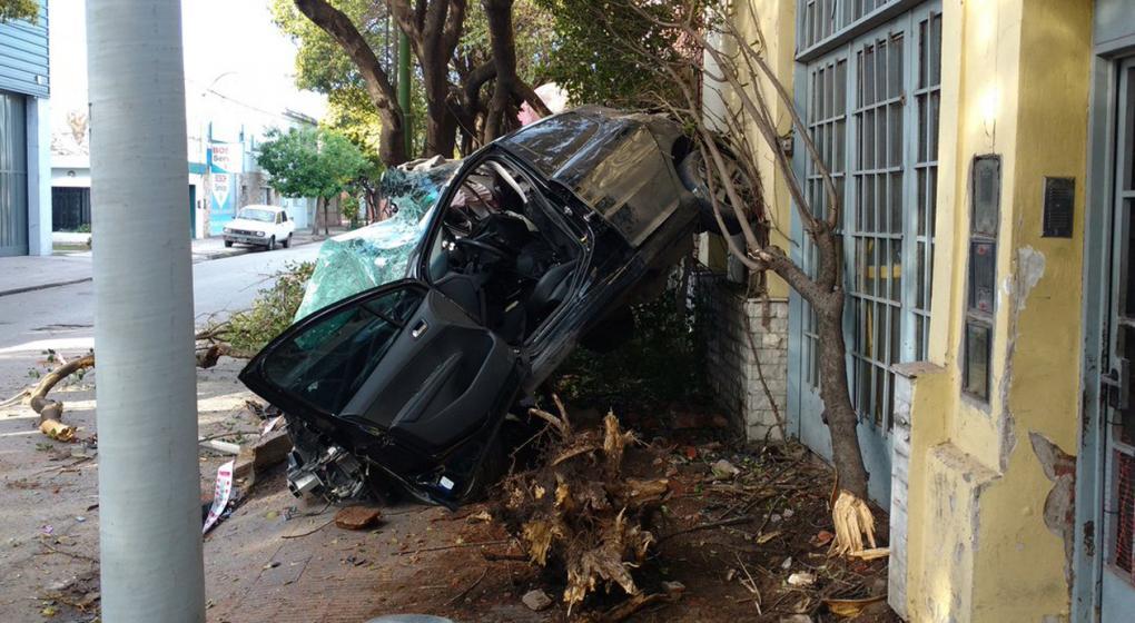 Joven murió al estampar su auto contra una casa en barrio Talleres