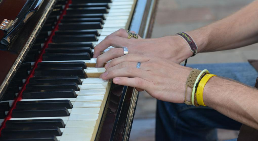 Un científico fue condenado por ladrón, pero no irá a la cárcel: tocará el piano por 3 años