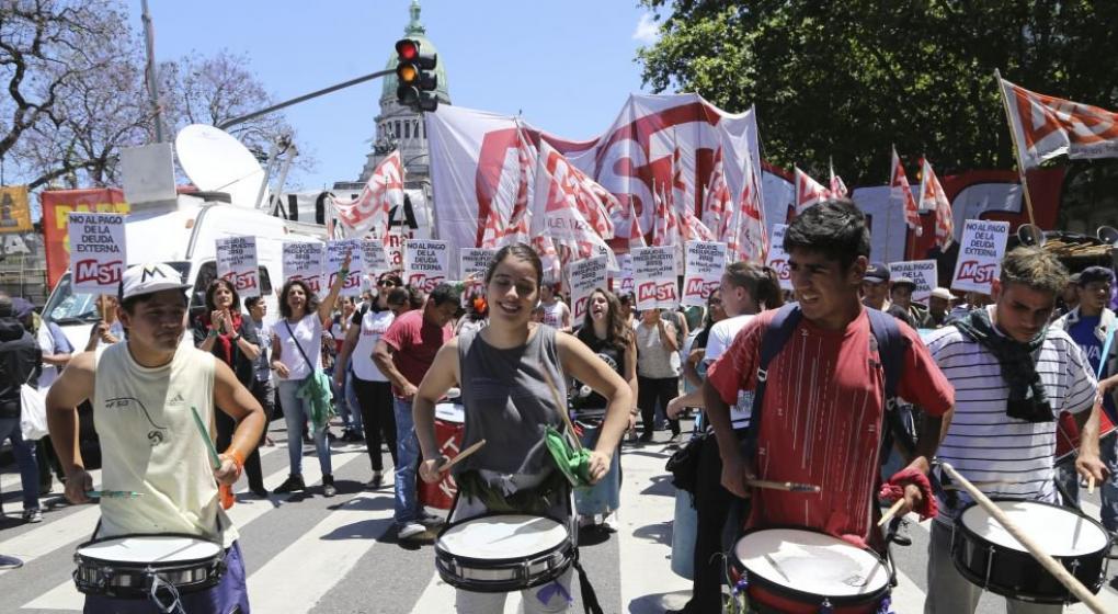 Protestan frente al Congreso en contra del Presupuesto 2019