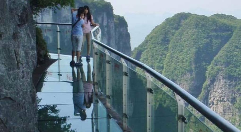 Cerraron el famoso puente de cristal en China: uno de los paneles se rompió