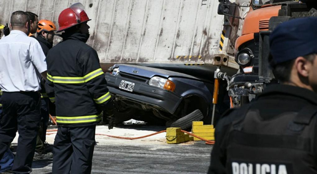 Rosario: volcó un camión y aplastó un auto