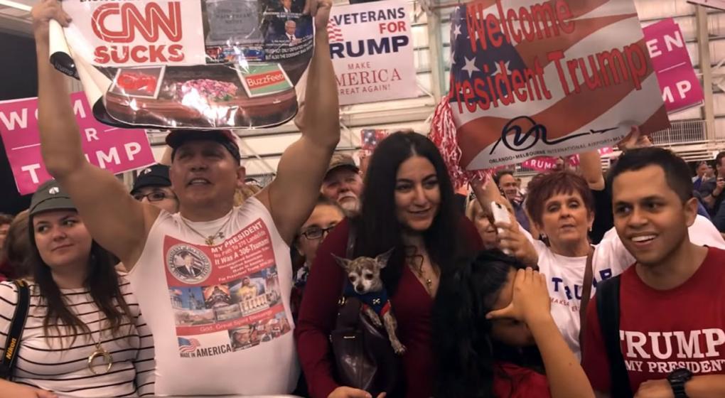Video: fanático de Trump acusado de enviar explosivos fue filmado en 2017 por Michael Moore