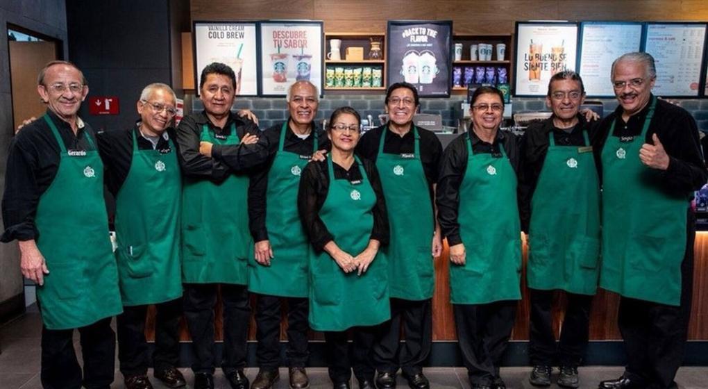 Inclusión laboral: Starbucks abrió un local atendido sólo por empleados de la tercera edad