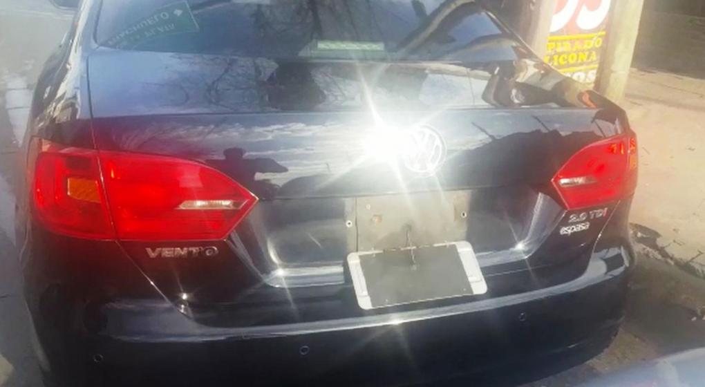 Manejaba un Vento con un dispositivo para subir y bajar la chapa patente para evitar ser identificado y eludir multas
