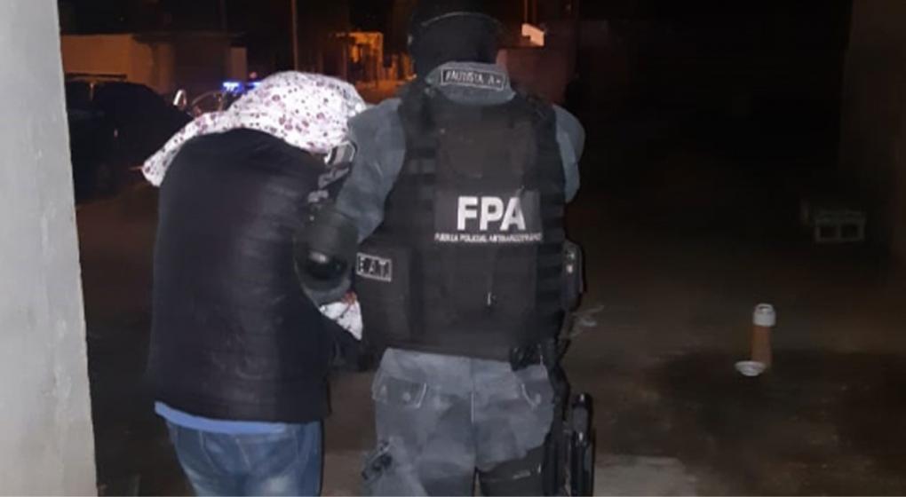 En Villa María, cayó una familia acusada de vender drogas: encontraron una caja fuerte enterrada