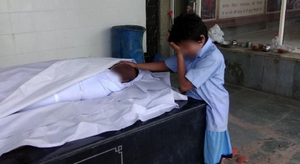 La historia detrás de la imagen viral del niño llorando junto al cuerpo de su padre