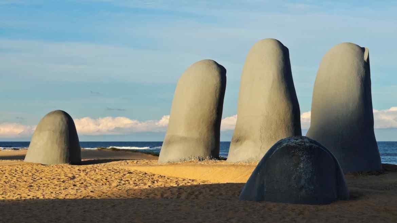 Datos curiosos sobre La Mano de Punta del Este - Voy de VIaje